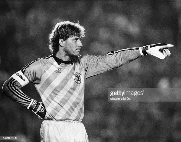 Toni Schumacher Fußballtorwart der deutschen Nationalmannschaft trägt im Spiel gegen Argentinien am die Armbinde des Spielführers