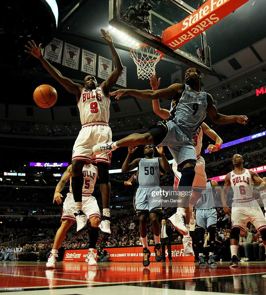 Tony Allen #9 of the Memphis Girzzlies passes the ball around Loul Deng #9 of the Chicago Bulls at the United Center on March 25, 2011 in Chicago, Illinois.