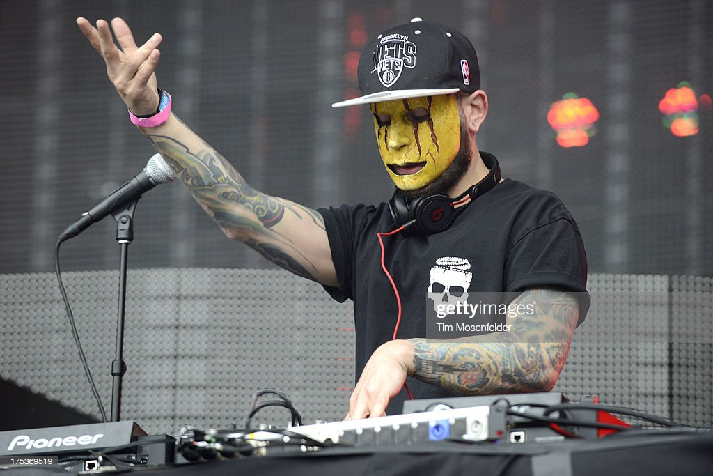 <a gi-track='captionPersonalityLinkClicked' href=/galleries/search?phrase=Tony+Friend&family=editorial&specificpeople=9171008 ng-click='$event.stopPropagation()'>Tony Friend</a> of Modestep performs as part of Lollapalooza 2013 at Grant Park on August 2, 2013 in Chicago, Illinois.