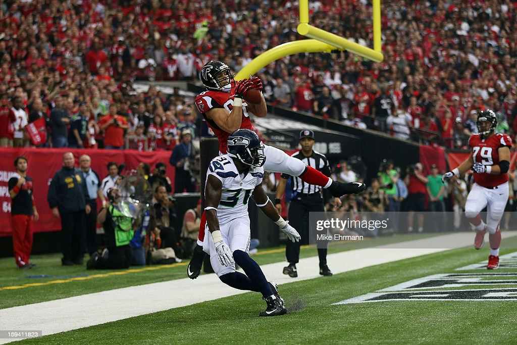 Tony Gonzalez #88 of the Atlanta Falcons catches a first quarter touchdown over Kam Chancellor #31 of the Seattle Seahawks during the NFC Divisional Playoff Game at Georgia Dome on January 13, 2013 in Atlanta, Georgia.