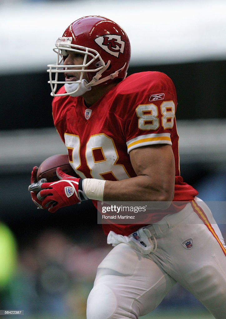 Tony Gonzalez #88 of the Kansas City Chiefs carries the ball during the game with the Dallas Cowboys on December 11, 2005 at Texas Stadium in Irving, Texas. The Cowboys won 31-28.