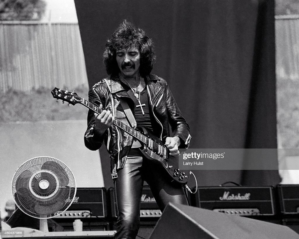 FOTOS GUAPAS Y ROCKERAS - Página 17 Tony-iommi-performing-with-black-sabbath-at-the-day-on-the-green-at-picture-id450437966