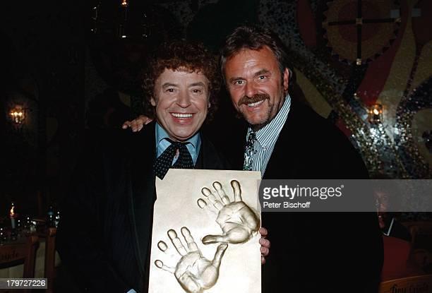 Tony Marshall bekommt durch Roland Mack seinenHandabdruck in Bronze gegossen überreichtTony war Stargast bei der Einweihung im ZDFSpezial 'Viva la...