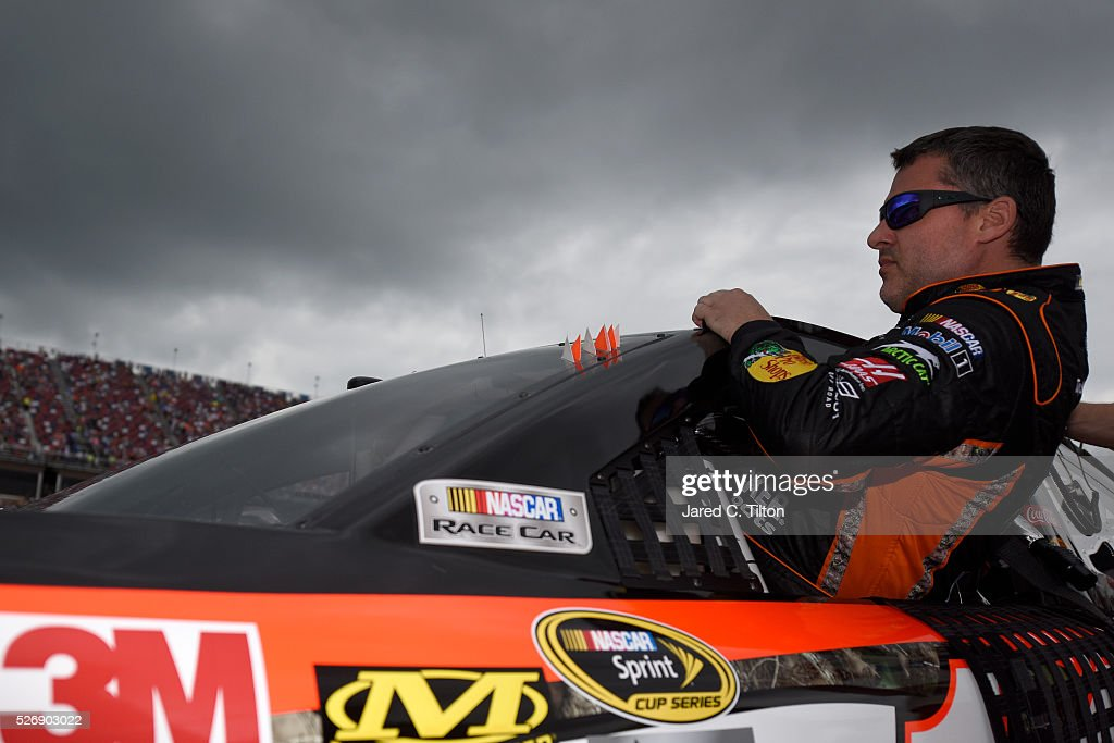 <a gi-track='captionPersonalityLinkClicked' href=/galleries/search?phrase=Tony+Stewart+-+Piloto+de+automobilismo&family=editorial&specificpeople=201686 ng-click='$event.stopPropagation()'>Tony Stewart</a>, driver of the #14 Bass Pro Shops Chevrolet, climbs into his car prior to the NASCAR Sprint Cup Series GEICO 500 at Talladega Superspeedway on May 1, 2016 in Talladega, Alabama.