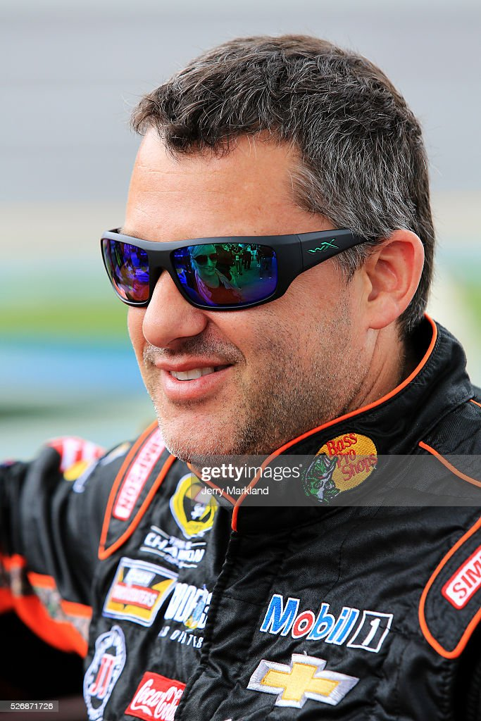 <a gi-track='captionPersonalityLinkClicked' href=/galleries/search?phrase=Tony+Stewart+-+Piloto+de+carreras&family=editorial&specificpeople=201686 ng-click='$event.stopPropagation()'>Tony Stewart</a>, driver of the #14 Bass Pro Shops Chevrolet, stands on the grid during pre-race ceremonies for the NASCAR Sprint Cup Series GEICO 500 at Talladega Superspeedway on May 1, 2016 in Talladega, Alabama.