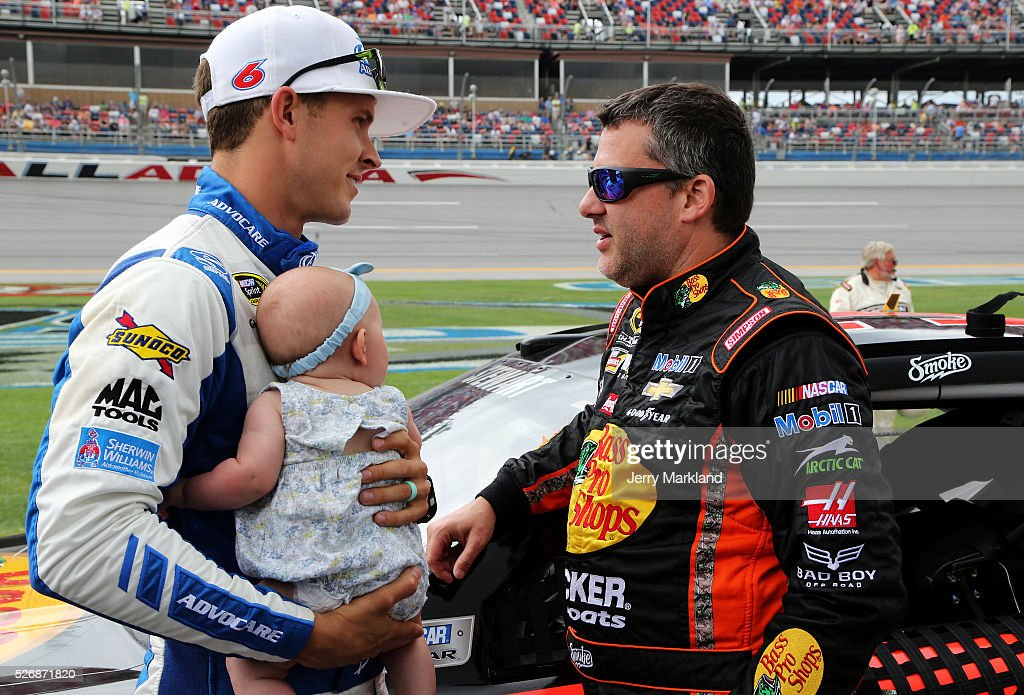 <a gi-track='captionPersonalityLinkClicked' href=/galleries/search?phrase=Tony+Stewart+-+Piloto+de+carreras&family=editorial&specificpeople=201686 ng-click='$event.stopPropagation()'>Tony Stewart</a>, driver of the #14 Bass Pro Shops Chevrolet, talks to <a gi-track='captionPersonalityLinkClicked' href=/galleries/search?phrase=Trevor+Bayne&family=editorial&specificpeople=5533943 ng-click='$event.stopPropagation()'>Trevor Bayne</a>, driver of the #6 AdvoCare Ford, and his daughter Elizabeth during pre-race ceremonies for the NASCAR Sprint Cup Series GEICO 500 at Talladega Superspeedway on May 1, 2016 in Talladega, Alabama.