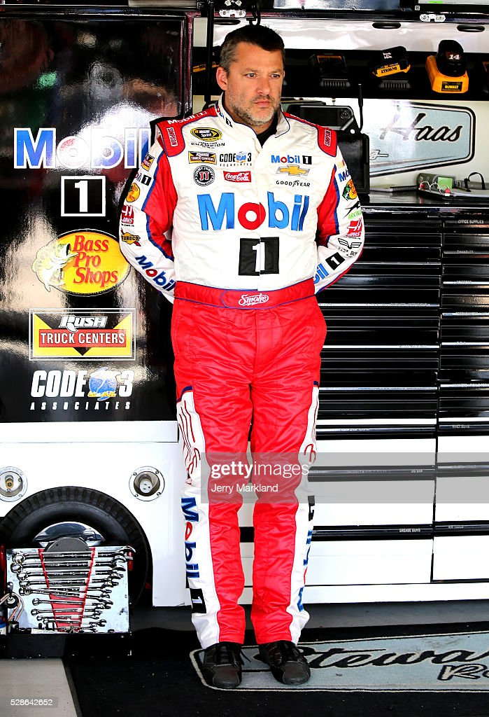<a gi-track='captionPersonalityLinkClicked' href=/galleries/search?phrase=Tony+Stewart+-+Piloto+de+carreras&family=editorial&specificpeople=201686 ng-click='$event.stopPropagation()'>Tony Stewart</a>, driver of the #14 Mobil 1 Chevrolet, looks on during practice for the NASCAR Sprint Cup Series Go Bowling 400 at Kansas Speedway on May 6, 2016 in Kansas City, Kansas.
