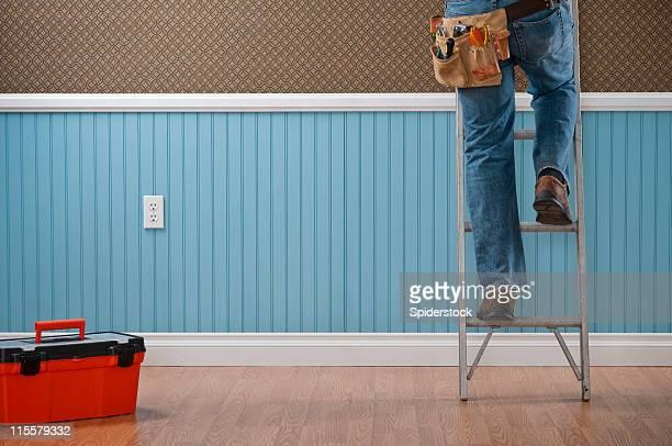Boîte à outils et de vos jambes d'un bricoleur escalade une échelle