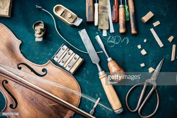 Werkzeuge und reparierten Violine in der Musik-Instrument-Werkstatt