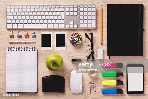 Top of Schreibtisch mit Büroausstattung werden, wenn sie perfekt Bestellung. : Stock-Foto