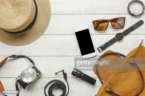 Ansicht von oben / flach legen Accessoire zu reisen und Technologie mit Frau / Lady Bekleidung auf weißer Holztisch : Stock-Foto