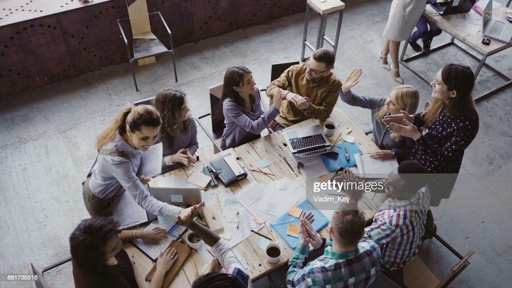 Vue de dessus de léquipe de création dentreprise au bureau moderne