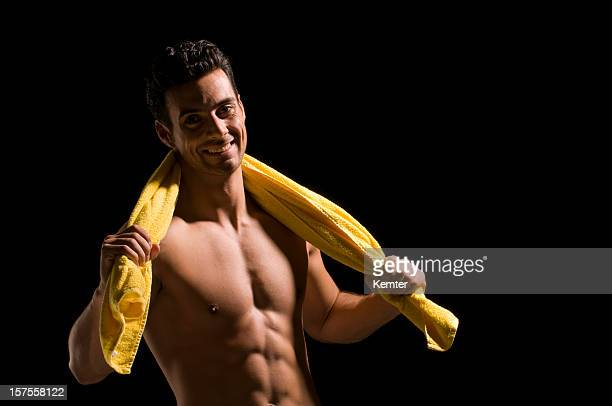 topless Mann hält ein Handtuch