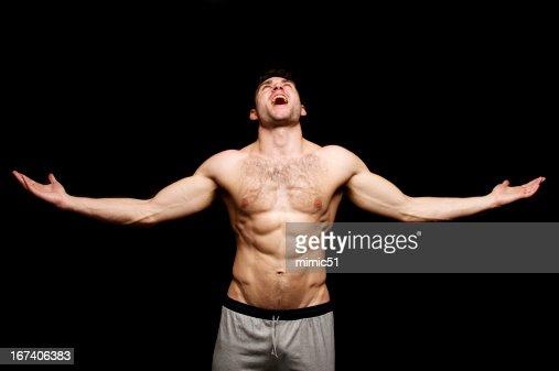Topless Mann schreien mit seinem Ausgestreckte Arme : Stock-Foto