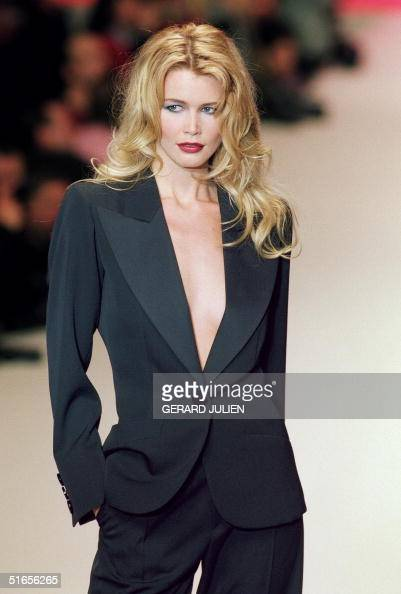 Topmodel Claudia Schiffer displays 17 March 1996 in Paris a dinner jacket for Yves Saint Laurent 1996/97 readytowear collection
