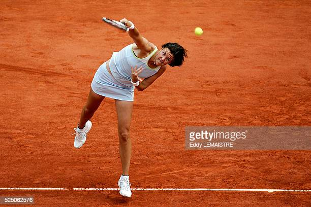 Topseed Lindsay Davenport faces Belgium's Kim Clijsters during their fourth round match at the 2005 French Open tennis tournament at Roland Garros...