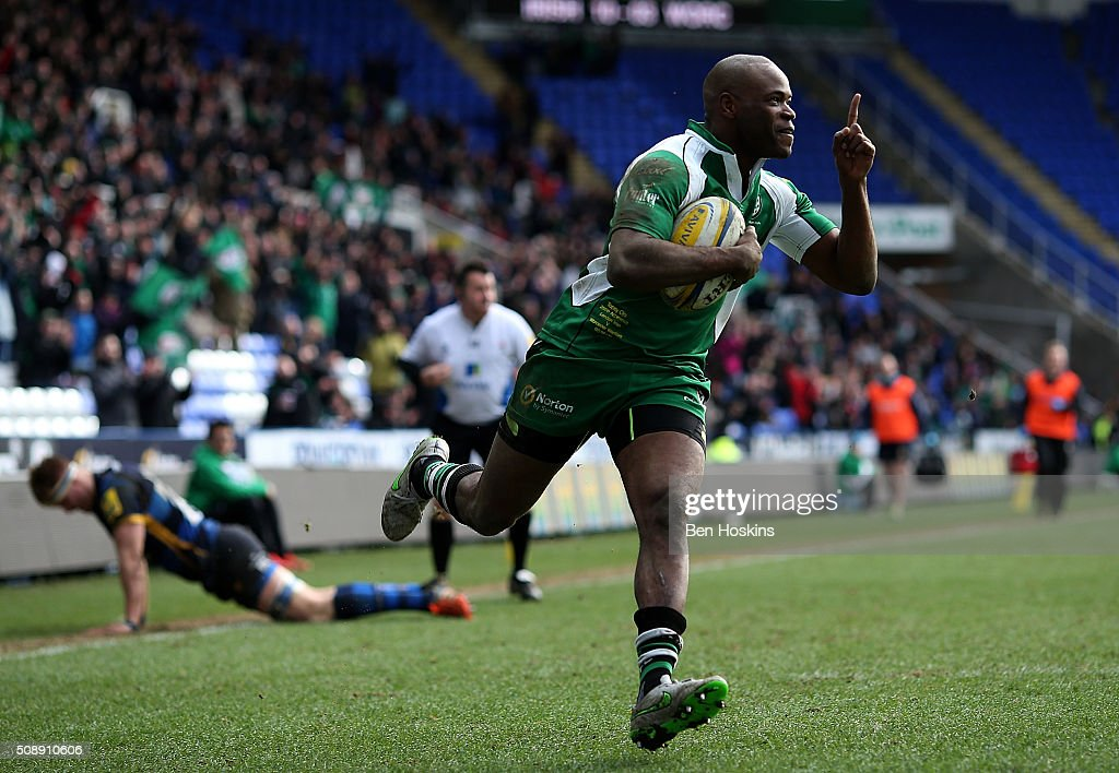 Topsy Ojo of London Irish runs in a try which is later disallowed during the Aviva Premiership match between London Irish and Worcester Warriors at Madejski Stadium on February 7, 2016 in Reading, England.