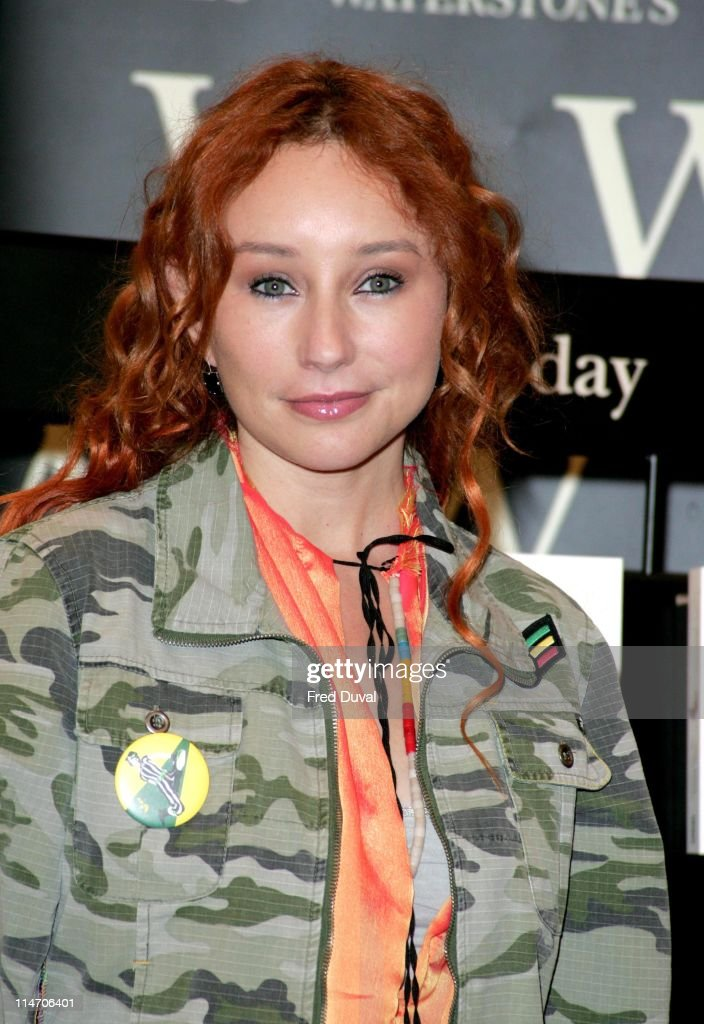 """Tori Amos Signs Her Book """"Piece by Piece"""" at Waterstone's in London - June 27,"""