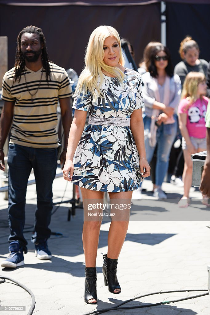 Tori Spelling visits 'Extra' at Universal Studios Hollywood on June 16 ...