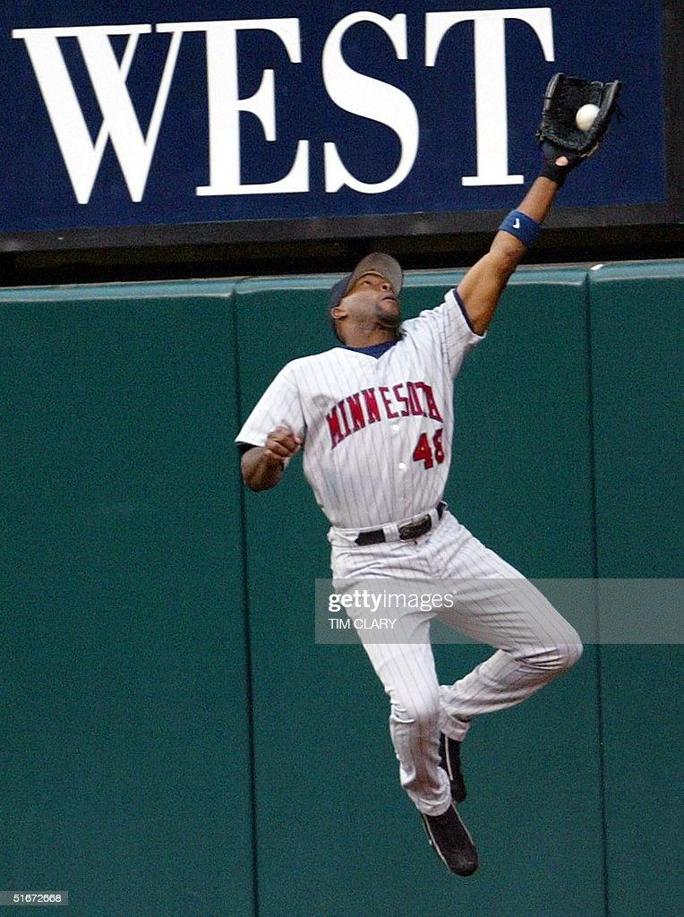 Torii Hunter of the Minnesota Twins robs Tim Salmon of the Anaheim Angels of a home run in the first inning of Game 3 of the American League Championship Series in Anaheim, CA, 11 October 2002. AFP PHOTO/Tim CLARY