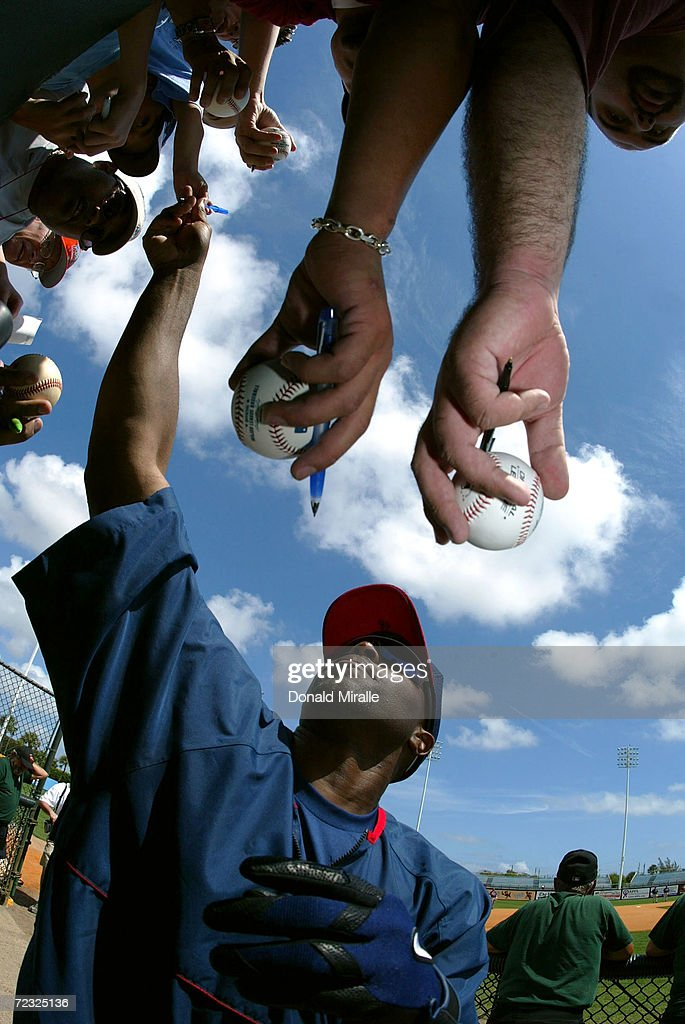 Torii Hunter #48 of the Minnesota Twins signs autographs during their Spring Training Game against the Baltimore Orioles March 15, 2004 in Fort Lauderdale, Florida.