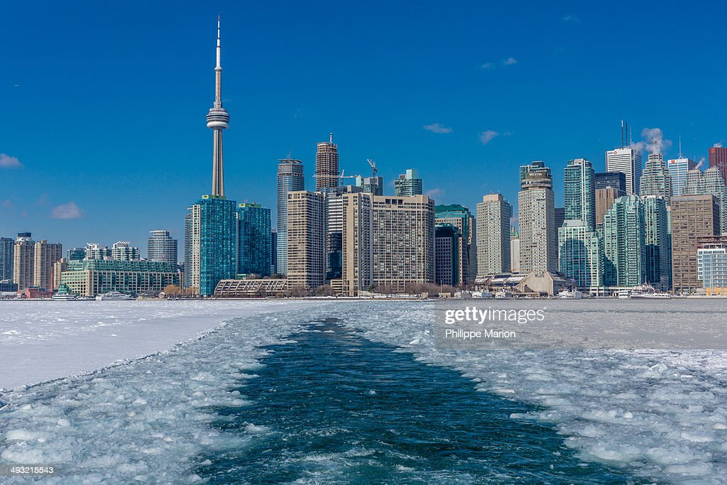 Toronto and Lake Ontario in a deep freeze : Stock Photo