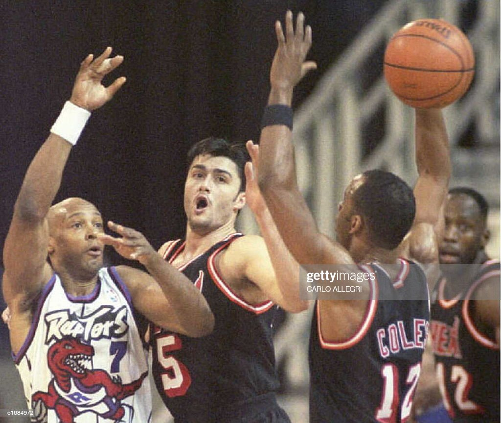 Toronto Raptors guard Alvin Robertson L passes t