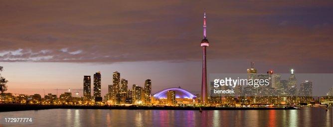 トロントの街並み、スカイドーム、CN タワーの夕暮れ