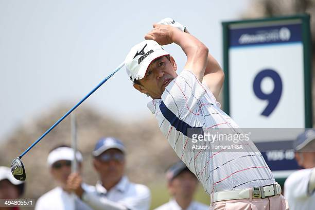 Toru Suzuki of Japan watches his tee shot on the 9th hole during day one of the Mizuno Open at the Setonaikai Golf Club on May 31 2014 in Kasaoka...