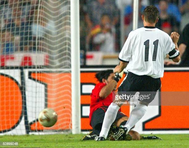 Laenderspiel 2003 Stuttgart Deutschland Italien 01 Torwart Gianluigi BUFFON/ITA Miroslav KLOSE/GER