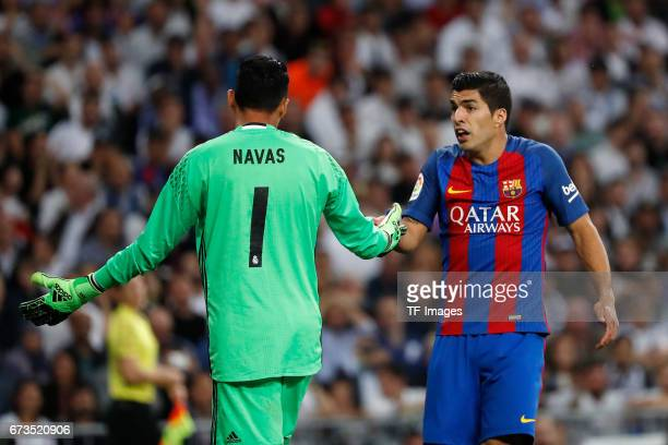 Torwart Keylor Navas of Real Madrid and Luis Suarez of FC Barcelona gestures during the La Liga match between Real Madrid CF and FC Barcelona at the...