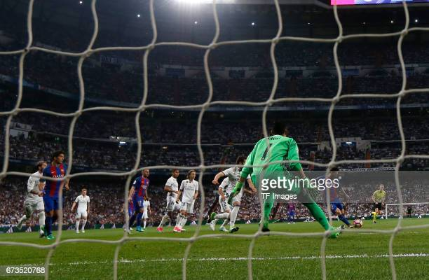 Torwart Keylor Navas of Real Madrid and Messi of FC Barcelona battle for the ball Hintertor during the La Liga match between Real Madrid CF and FC...