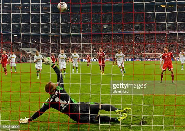 Torwart Marc Andre ter Stegen kann denStrafstoss von Thomas Mueller halten waehrend dem Eroeffnungsspiel zur 51 Fussball Bundesliga Saison FC Bayern...