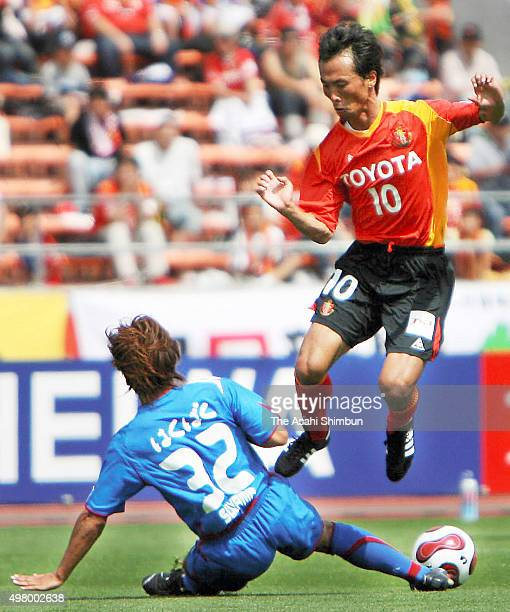 Toshiya Fujita of Nagoya Grampus Eight and Arata Sugiyama of Ventforet Kofu compete for the ball during the JLeague match between Nagoya Grampus...
