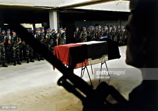 Totenehrung für einen bei einem Verkehrsunfall tödlich verunglückten franzöischen IFORSoldaten am Flughafen von Sarajewo August 1995