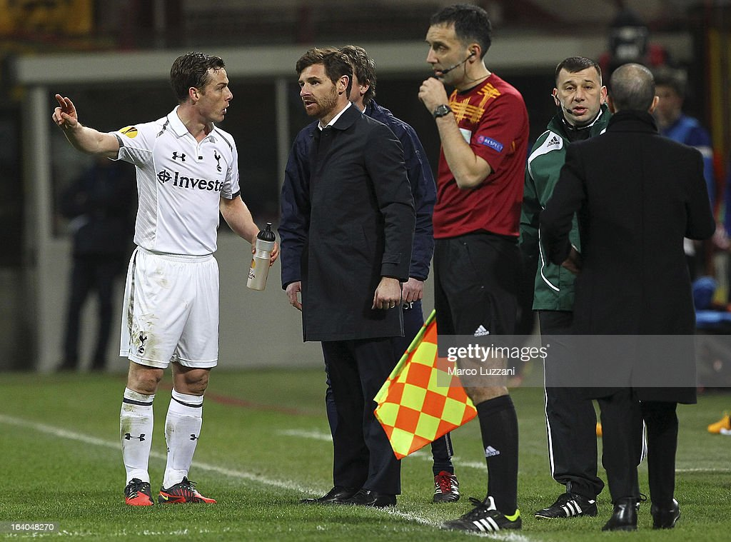 Tottenham Hotspur manager Andre Villas-Boas (2nd L) issues instructions to his player Scott Parker (L) during the UEFA Europa League Round of 16 Second Leg match between FC Internazionale Milano and Tottenham Hotspur at San Siro Stadium on March 14, 2013 in Milan, Italy.