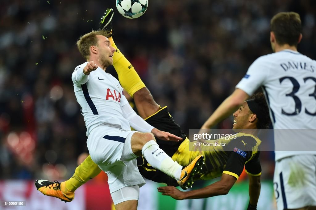 TOPSHOT - Tottenham Hotspur's Danish midfielder Christian Eriksen (L) vies with Borussia Dortmund's Gabonese striker Pierre-Emerick Aubameyang during the UEFA Champions League Group H football match between Tottenham Hotspur and Borussia Dortmund at Wembley Stadium in London, on September 13, 2017. / AFP PHOTO / Glyn KIRK