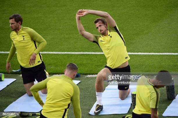 Tottenham Hotspur's English forward Harry Kane and Belgian defender Jan Vertonghen take part in a training session in Madrid on October 16 2017 on...