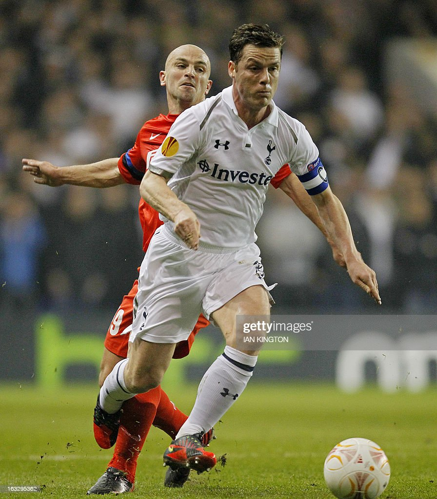 Tottenham Hotspur's English midfielder Scott Parker (R) gets past Inter Milan's Argentinian midfielder Esteban Cambiasso during a UEFA Europa League Round of 16 football match between Tottenham Hotspur and Inter Milan at White Hart Lane in east London, on March 7, 2013.