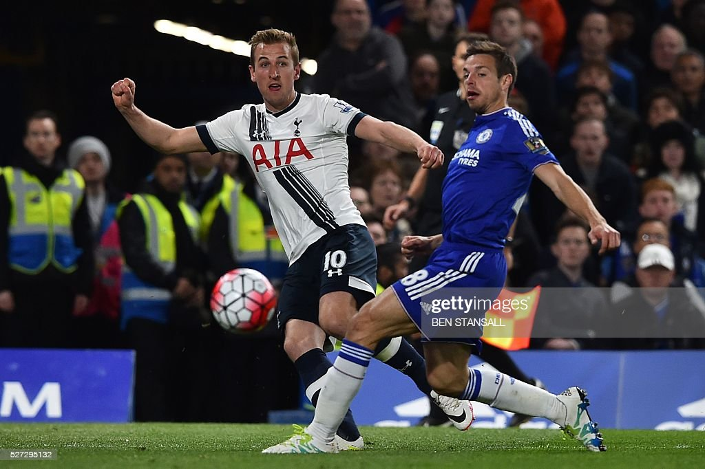 Tottenham Hotspur's English striker Harry Kane (L) takes a shot during the English Premier League football match between Chelsea and Tottenham Hotspur at Stamford Bridge in London on May 2, 2016. / AFP / BEN STANSALL / RESTRICTED TO EDITORIAL USE. No use with unauthorized audio, video, data, fixture lists, club/league logos or 'live' services. Online in-match use limited to 75 images, no video emulation. No use in betting, games or single club/league/player publications. /