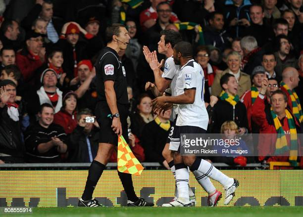 Tottenham Hotspur's Gareth Bale and Wilson Palacios argue with referee Mark Clattenburg about Manchester United's second goal