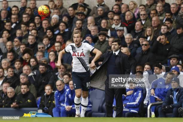 Tottenham Hotspur's Harry Kane and Tottenham Hotspur manager Mauricio Pochettino