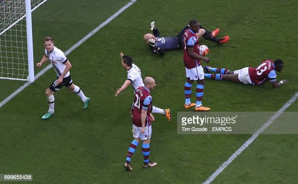 Tottenham Hotspur's Harry Kane celebrates scoring his side's second goal of the game