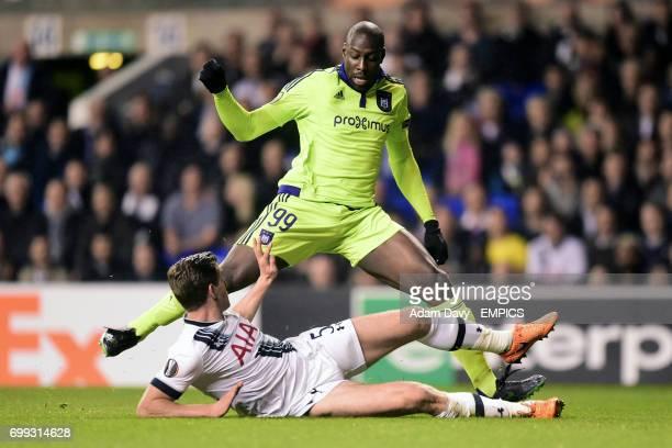 Tottenham Hotspur's Jan Vertonghen challenges Anderlecht's Stefano Okaka