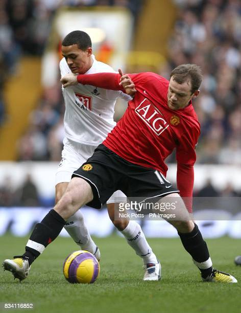 Tottenham Hotspur's Jermaine Jenas and Manchester United's Wayne Rooney battle for the ball