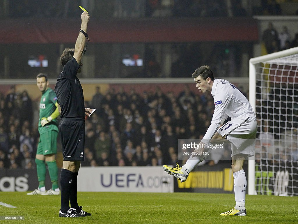 Tottenham Hotspur's Welsh footballer Gareth Bale (R) protests as he is given the yellow card by the referee during a UEFA Europa League Round of 16 football match between Tottenham Hotspur and Inter Milan at White Hart Lane in east London, on March 7, 2013. AFP PHOTO / IAN KINGTON