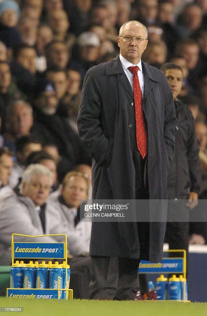 Charlton Athletic Manager, Les Reed, (L) watches his team lose 5-1 against Tottenham Hotspur during the English Premiership match at White Hart Lane in north London, 09 December 2006. AFP PHOTO / GLENN CAMPBELL Mobile and website use of domestic English football pictures subject to subscription of a license with Football Association Premier League (FAPL) tel : +44 207 298 1656. For newspapers where the football content of the printed and electronic versions are identical, no licence is necessary.