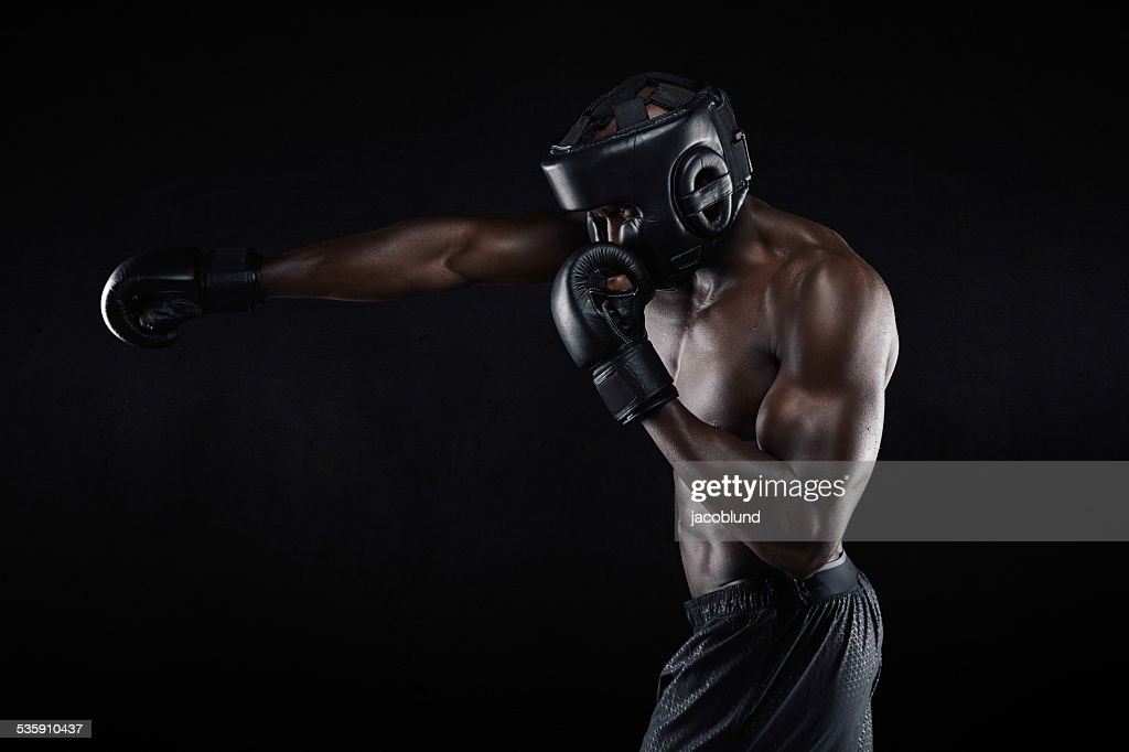 Tough young macho boxeador practicar : Foto de stock