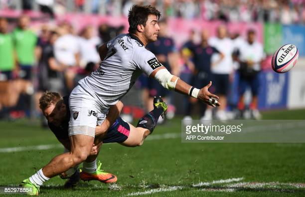 RC Toulon's Argentinian flanker Facundo Isa passes the ball during the French Top 14 rugby union match between Stade Francais and Toulon at the...