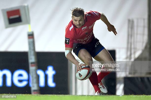 RC Toulon's Australian wing Drew Mitchell scores a try during the French Top 14 rugby union match RC Toulon vs Grenoble on March 12 2016 at the Mayol...